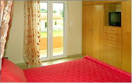 Doppelbett und Schlafzimmerschrank