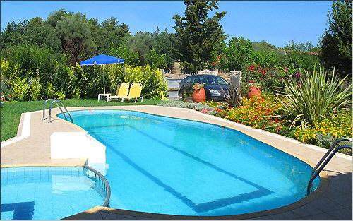 Swimmingpool und Einfahrt